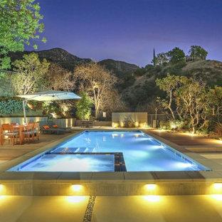 Modelo de piscinas y jacuzzis alargados, retro, rectangulares, en patio trasero, con entablado