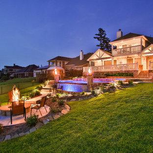 Modelo de piscina con fuente infinita, ecléctica, extra grande, a medida, en patio trasero, con suelo de baldosas