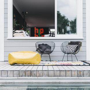 Immagine di una piscina design rettangolare dietro casa con pedane