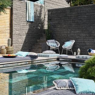 Foto de piscina mediterránea, pequeña, rectangular, en patio trasero