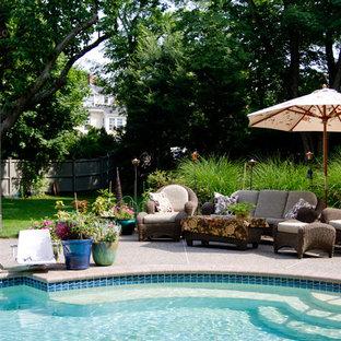 Foto di una piscina chic con graniglia di granito