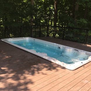 Idee per una piscina classica con una vasca idromassaggio e pedane