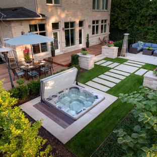 Foto de piscinas y jacuzzis minimalistas, en patio trasero, con entablado