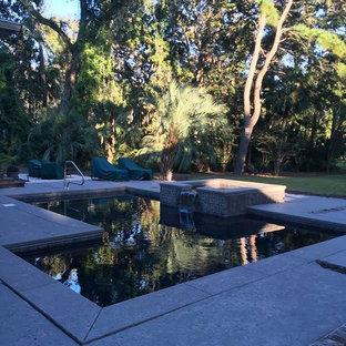 Imagen de piscinas y jacuzzis alargados, clásicos renovados, pequeños, en forma de L, en patio trasero, con adoquines de hormigón