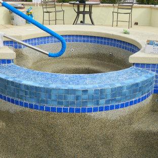 Imagen de piscinas y jacuzzis en patio trasero con granito descompuesto