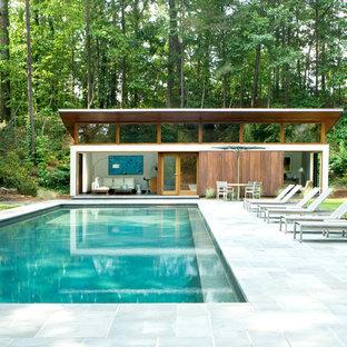 Modelo de casa de la piscina y piscina natural, minimalista, grande, rectangular, en patio trasero, con adoquines de piedra natural