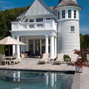 Klassischer Pool in rechteckiger Form mit Granitsplitt und Poolhaus in Boston