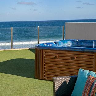 Diseño de piscinas y jacuzzis elevados, actuales, de tamaño medio, en azotea
