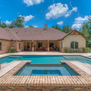 Foto de piscinas y jacuzzis naturales, eclécticos, grandes, rectangulares, en patio trasero, con adoquines de ladrillo