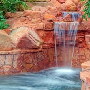 サンディエゴの大きいオーダーメイドトロピカルスタイルのおしゃれなプール (噴水、天然石敷き) の写真
