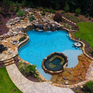 Diseño de piscinas y jacuzzis naturales, rústicos, grandes, a medida, en patio trasero, con adoquines de hormigón