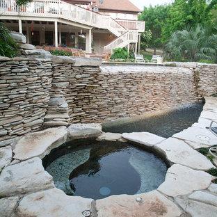Foto de piscinas y jacuzzis infinitos, eclécticos, grandes, a medida, en patio trasero, con adoquines de piedra natural