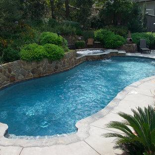 Diseño de piscinas y jacuzzis naturales, de estilo americano, grandes, a medida, en patio trasero, con adoquines de piedra natural