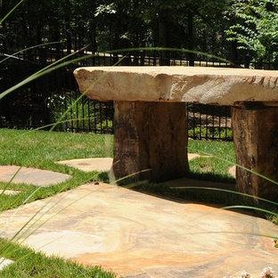 Diseño de piscina natural, bohemia, pequeña, a medida, en patio trasero, con adoquines de piedra natural