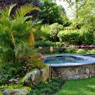 Foto de piscinas y jacuzzis naturales, rústicos, de tamaño medio, tipo riñón, en patio trasero, con adoquines de piedra natural