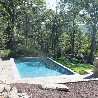 ニューヨークの中サイズの長方形カントリー風おしゃれな自然ろ過プール (天然石敷き) の写真