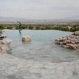 Modelo de piscina con fuente infinita, costera, grande, a medida, en patio trasero, con adoquines de piedra natural