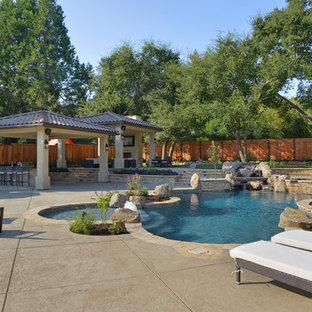 Новые идеи обустройства дома: огромный бассейн произвольной формы на заднем дворе в средиземноморском стиле с фонтаном и покрытием из каменной брусчатки