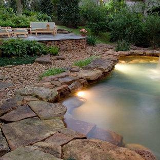 Modelo de piscinas y jacuzzis naturales, tropicales, de tamaño medio, a medida, en patio trasero, con adoquines de piedra natural