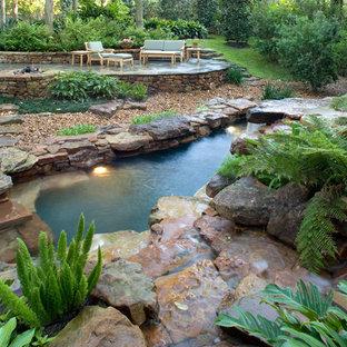 Diseño de piscina natural, exótica, de tamaño medio, a medida, en patio trasero, con adoquines de piedra natural