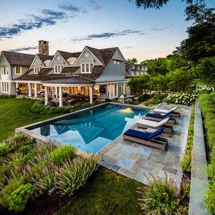 Oberirdischer Klassischer Pool hinter dem Haus in rechteckiger Form mit Natursteinplatten in New York