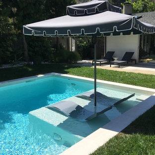 Diseño de piscinas y jacuzzis elevados, actuales, de tamaño medio, rectangulares, en patio trasero