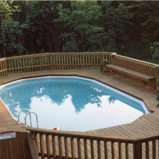 Modelo de piscina elevada, tradicional, grande, a medida, en patio trasero, con gravilla