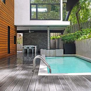 Esempio di una piscina design rettangolare con pedane