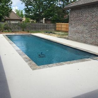 Imagen de piscina natural, contemporánea, de tamaño medio, rectangular, en patio, con entablado