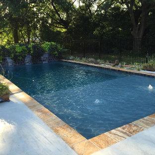 Ispirazione per una piccola piscina naturale minimal rettangolare dietro casa con fontane e pedane