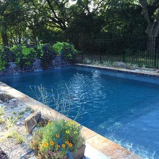 Esempio di una piccola piscina naturale minimal rettangolare dietro casa con fontane e pedane