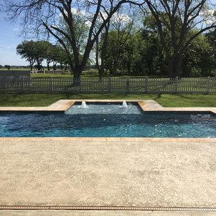 Idee per una piscina naturale design rettangolare di medie dimensioni e dietro casa con pedane