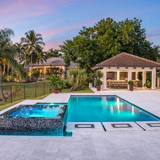 Imagen de piscinas y jacuzzis alargados, modernos, de tamaño medio, rectangulares, en patio trasero
