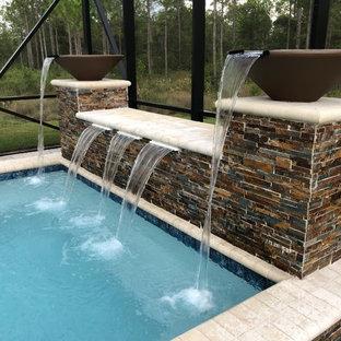 Modelo de piscinas y jacuzzis rurales, pequeños, rectangulares, en patio trasero, con adoquines de hormigón