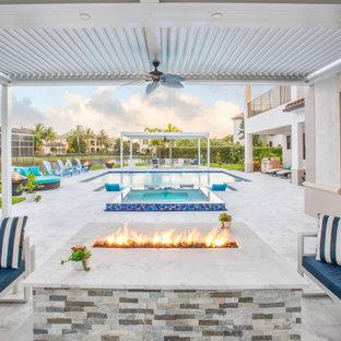 Modelo de piscinas y jacuzzis tradicionales renovados, grandes, rectangulares, en patio trasero, con suelo de baldosas