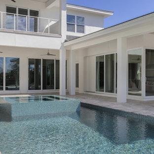 Aménagement d'une piscine hors-sol et arrière classique de taille moyenne et rectangle avec un bain bouillonnant.