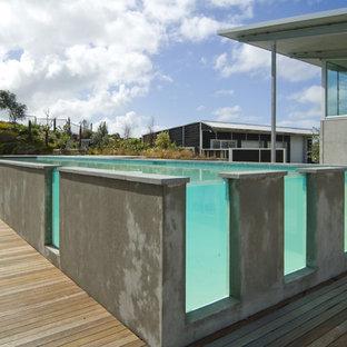 Foto de piscina elevada, actual, rectangular, con entablado