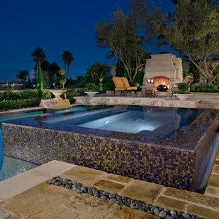 Ejemplo de piscinas y jacuzzis alargados, contemporáneos, grandes, rectangulares, en patio trasero, con adoquines de piedra natural