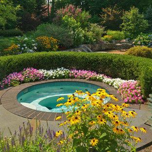 Imagen de piscinas y jacuzzis clásicos, grandes, tipo riñón, en patio trasero