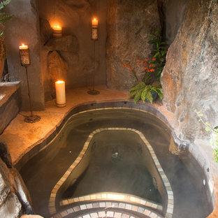 Diseño de piscinas y jacuzzis naturales, rurales, de tamaño medio, a medida, en patio trasero, con adoquines de piedra natural