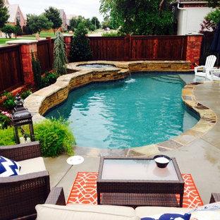 オクラホマシティ, OKの中サイズのキドニーシェイプシャビーシック調のおしゃれなプール (噴水、スタンプコンクリート舗装) の写真