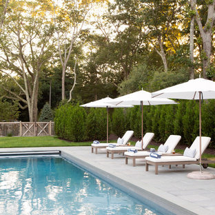 Imagen de piscina con fuente alargada, costera, grande, rectangular, en patio trasero, con adoquines de hormigón