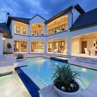 Diseño de piscinas y jacuzzis alargados, clásicos renovados, grandes, rectangulares, en patio trasero, con suelo de baldosas
