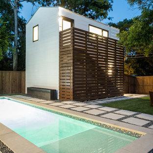 Ispirazione per una piccola piscina chic rettangolare dietro casa con pavimentazioni in pietra naturale