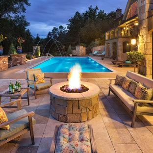 Immagine di una grande piscina monocorsia chic rettangolare dietro casa con una vasca idromassaggio e pavimentazioni in cemento