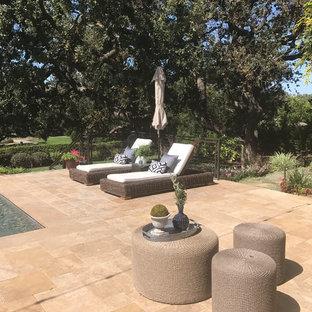 Idee per una grande piscina a sfioro infinito stile americano rettangolare dietro casa con pavimentazioni in pietra naturale