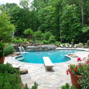 Diseño de piscina con fuente natural, bohemia, de tamaño medio, a medida, en patio lateral, con adoquines de hormigón