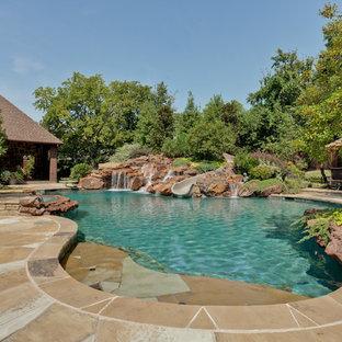 Foto de piscina con tobogán natural, clásica, a medida