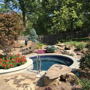 Modelo de piscina con fuente natural, clásica, pequeña, redondeada, en patio lateral, con adoquines de ladrillo