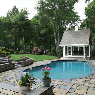 Modelo de casa de la piscina y piscina tradicional, de tamaño medio, tipo riñón, en patio trasero, con adoquines de piedra natural